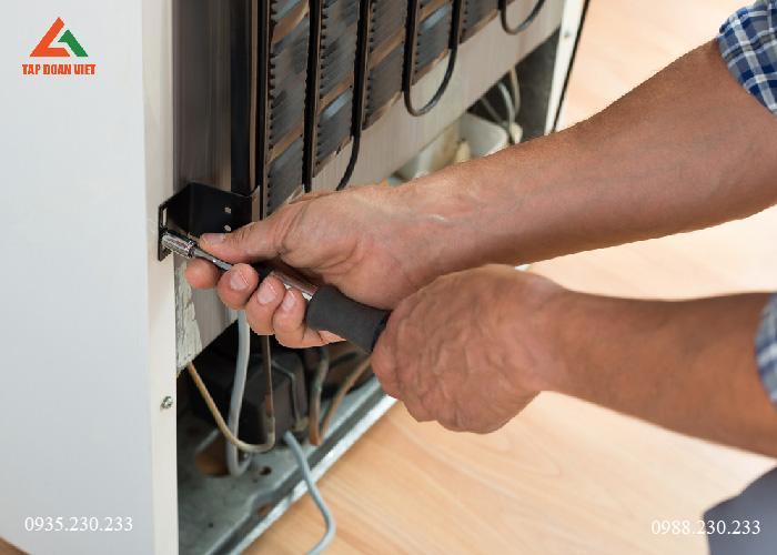 Hình ảnh: Kỹ thuật viên tiến hành tháo tủ lạnh tại nhà khách hàng để kiểm tra lỗi