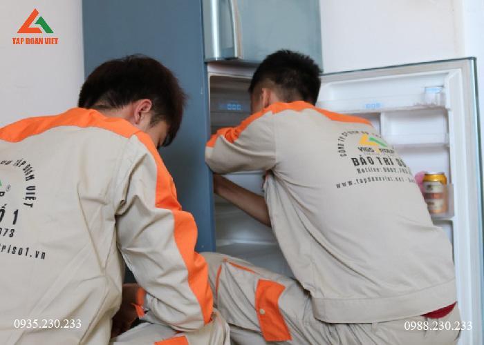 Thợ đang giò lỗi tủ lạnh quận Đống Đa lỗi không làm mát ngăn mát tại nhà