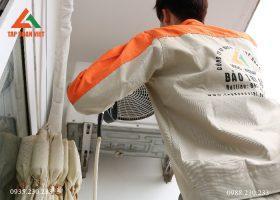 Hình ảnh: Nhân viên kỹ thuật tiến hành sửa chữa điều hòa tại nhà cho khách hàng