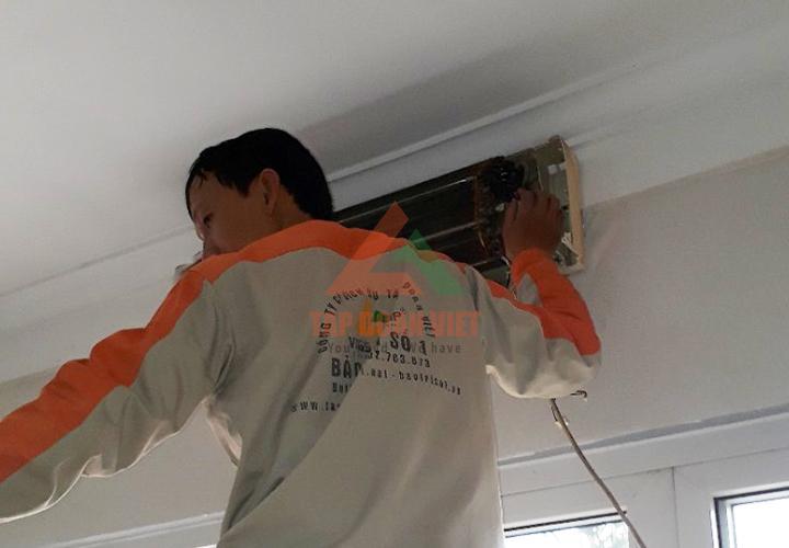 Sau bước kiểm tra lỗi, bắt đầu tiến hành sửa chữa trực tiếp ngay tại nhà