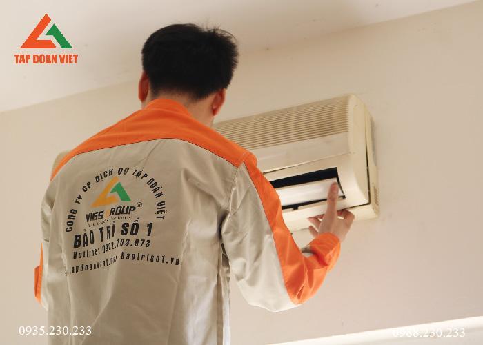 Hình ảnh kỹ thuật trực tiếp kiểm tra điều hòa tại nhà khách hàng khu vực Hoàn Kiếm