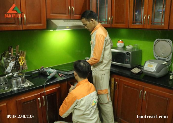 Hình ảnh: Kỹ thuật đang tiến hành kiểm tra nguyên nhân bếp từ hỏng tại nhà quý khách