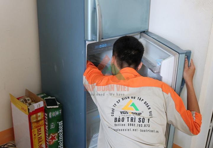 Tủ lạnh tại nhà khách hàng gặp lỗi không mát, kỹ thuật viên đang kiểm tra lỗi