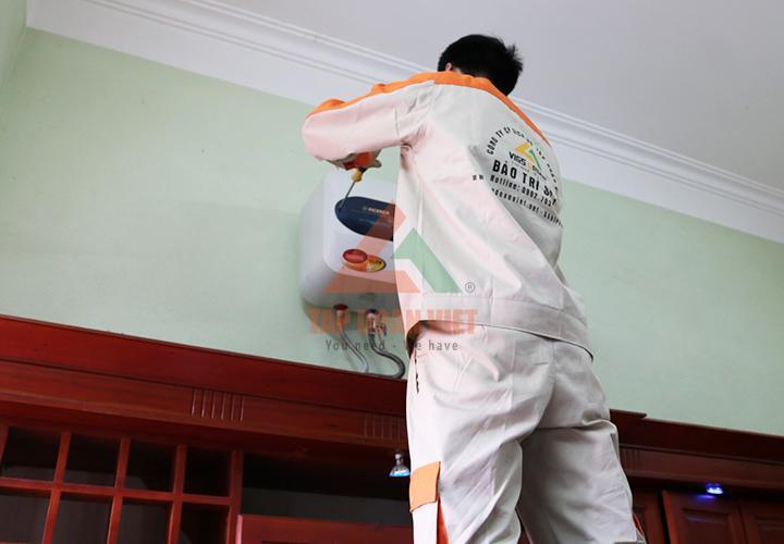 Tiến hành lắp đặt lại bình nóng lạnh hoàn thiện cho khách hàng sau khi sửa xong