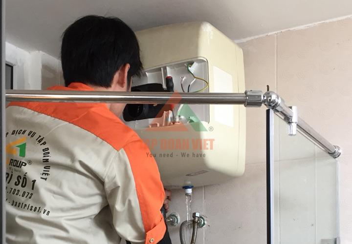 Hình ảnh: Kỹ thuật viên đang tiến hành thăm khám bệnh thiết bị tại nhà khách hàng