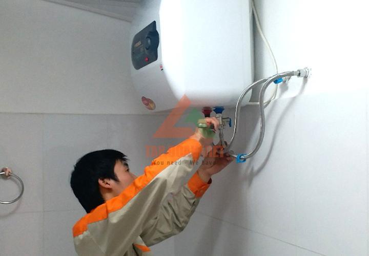 Kỹ thuật viên tiến hành mở vòi cấp nước ra để kiểm tra sửa lỗi bình nóng lạnh