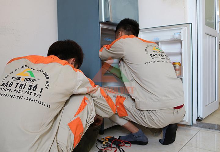 Kỹ thuật Tập Đoàn Việt đang kiểm tra nguyên nhân tủ lạnh không hoạt động tại nhà