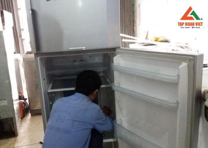 Sau bước kiểm tra, kỹ thuật bắt đầu tiến hành khắc phục lỗi tại nhà khách hàng quận Thanh Xuân