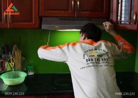 Nhân viên kỹ thuật tiến hành kiểm tra máy hút mùi trước khi bắt đầu sửa chữa