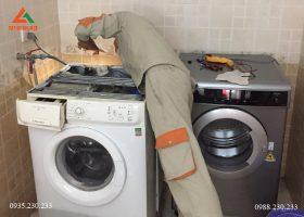 Nhân viên kỹ thuật tiến hành ngắt nguồn điện để bắt đầu vệ sinh máy giặt tại nhà