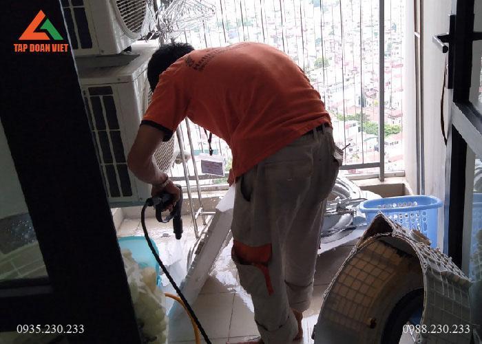 Bước 1, kỹ thuật viên tháo máy giặt để làm sạch máy trước khi sửa chữa