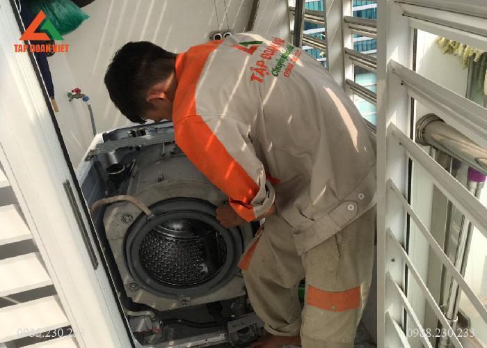 Máy giặt đang tháo lồng ra để kiểm tra, sửa chữa tại nhà khách hàng