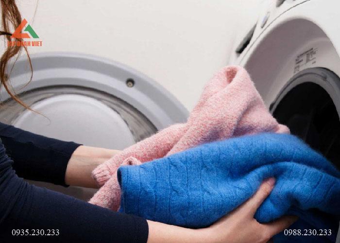 Mẹo giặt áo len bằng máy giặt không bị xơ, bay màu