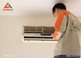 Hình ảnh kỹ thuật tháo mặt dàn lạnh điều hòa ra chuẩn bị cho quá trình bảo dưỡng tại nhà quận Tây Hồ