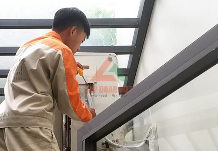 Hình ảnh kỹ thuật Bảo Trì tiến hàng kiểm tra điều hòa chuẩn bị quá trình sửa chữa điều hòa tại La Khê