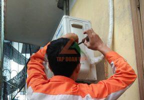 Kỹ thuật viên tiến hàng kiểm tra dàn nóng để ước tính lượng gas cần nạp cho điều hòa