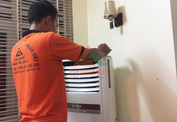 Hình ảnh nhân viên kỹ thuật đang kiểm tra, sửa điều hòa phường Kiến Hưng