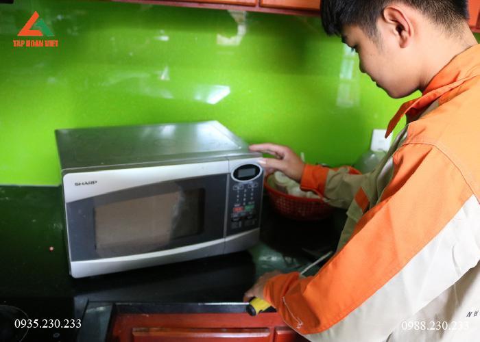Nhân viên kỹ thuật thuật kiểm tra lại lò vi sóng trước khi cho khách hàng vận hành thử