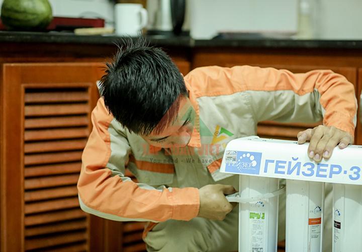 Sau khi sửa chữa, vệ sinh máy lọc nước, nhân viên kỹ thuật lắp và vận hành lại cho khách hàng kiểm tra